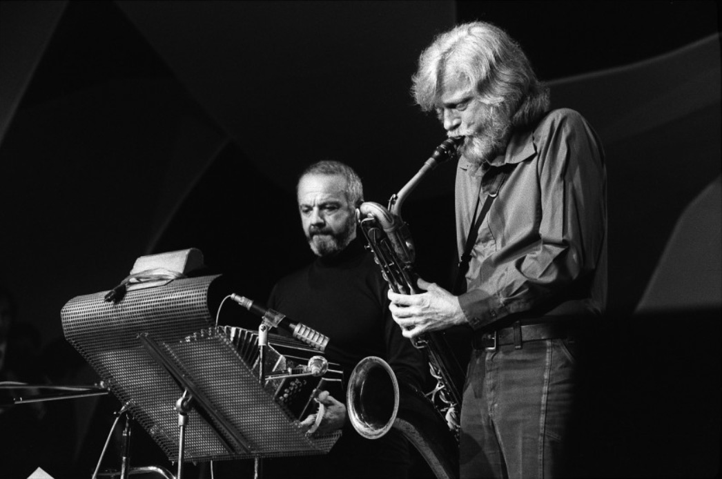 Jazz saxophonist Gerry Mulligan, right, performs in Cannes, France, with Astor Piazzolla on Jan. 25, 1975.(AFP via Getty Images)